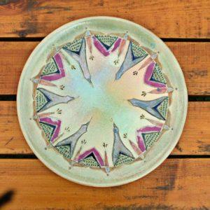 assiette à motifs geometriques