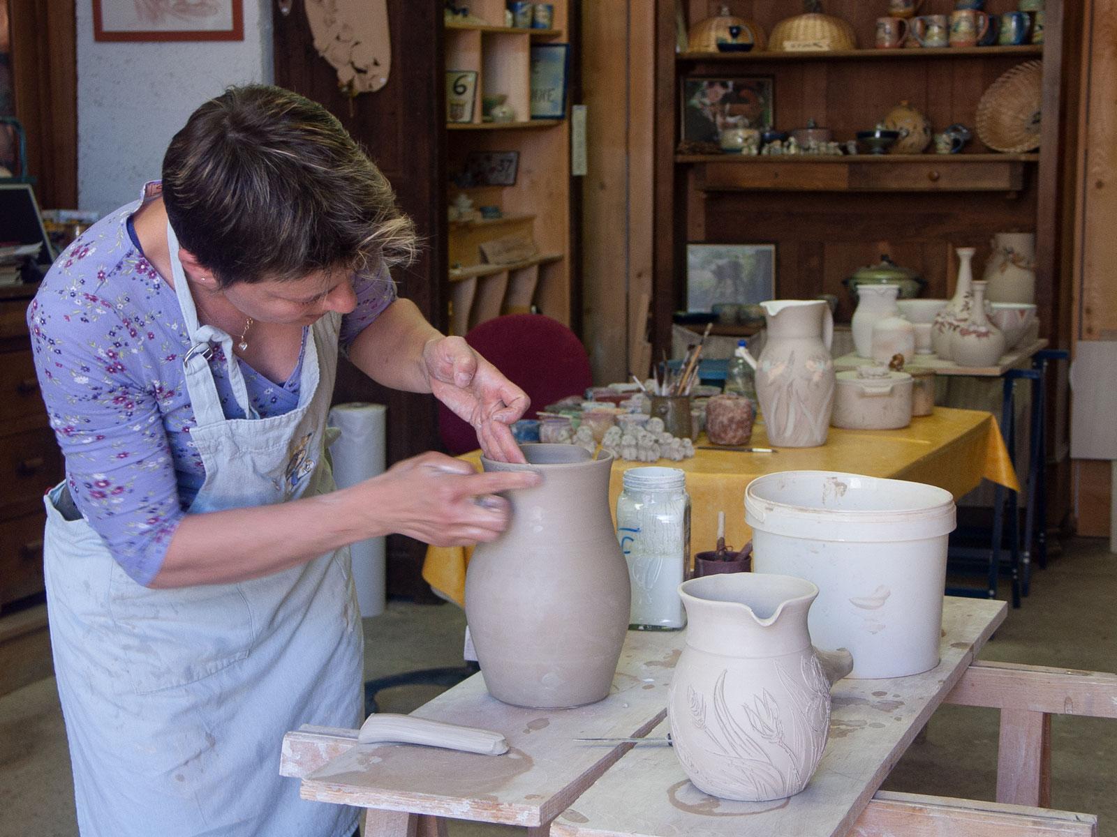 Laurence dans son atelier de poterie